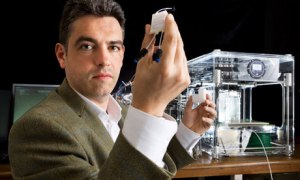 Lee Cronin and Drug Discovery Device http://www.sculpteo.com/blog/wp-content/uploads/2015/10/Lee-Cronin-professor-THE-GUARDIAN.jpg